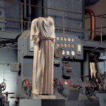 Centrale Montemartini: Statua vestita di peplo davanti a motore diesel